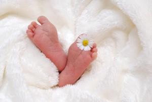 В Красноярском районе пойдет под суд мать, бросившую на улице под деревом новорожденного ребенка