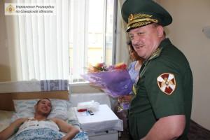 Командир Самарского соединения Росгвардии посетил в больнице военнослужащего, раненого ножом