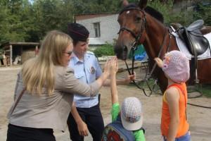 В Самаре полицейские-кавалеристы провели для детей экскурсию
