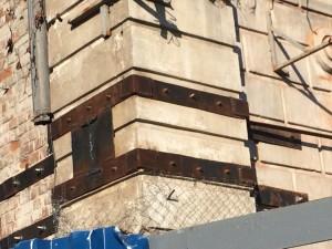 В Самаре с помощью металлических стяжек спасают старинное здание
