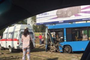 На кольце ул.Антонова-Овсеенко автобус врезался в столб-есть пострадавшие — ФОТО
