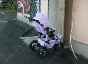 «ГАЗель» без водителя наехала на коляску с ребенком в Саратовской области