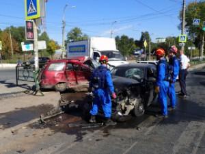 На перекрестке улиц Антонова-Овсеенко и Карбышева в Самаре столкнулись три автомобиля