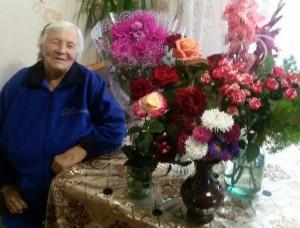 Чиновники в Саратове поздравили ветерана с 90-летием пачкой чая