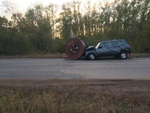 В Отрадном легковушка врезалась в промышленную катушку с кабелем, которая выпала из полуприцепа КАМАЗа