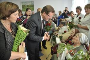 В День пожилого человека Дмитрий Азаров поздравил постояльцев пансионата для ветеранов войны и труда с открытием учреждения