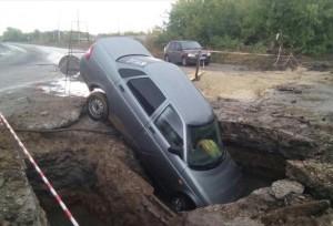 В Сызрани в яму с водой упала LADA Priora