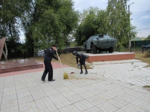 В поселке Липяги полицейские и общественники провели субботник