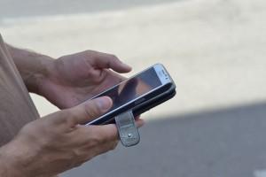 К тольяттинцу, рзговаривающего на улице по телефону, подошел мужчина, и с угрозами отобрал гаджет