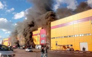 Строительный рынок «Синдика» горит в Строгино на северо-западе Москвы