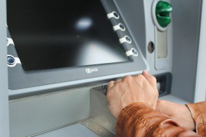 В России запретят снимать наличные по неименным банковским картам и электронным кошелькам