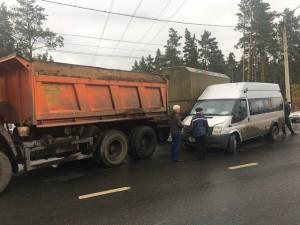 В Сызрани маршрутка врезалась в КамАЗ с прицепом