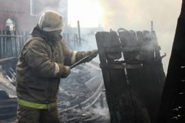 В поселке Водино на улице Рабочей семеро спасателей тушили горящие надворные постройки