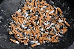Россиянам хотят запретить курить около подъездов