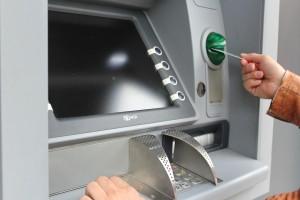 В Самаре в ходе пьяной ссоры мужчина отобрал у собутыльника  банковскую карту и снял с нее деньги