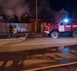 В Самаре на улице Промышленности, 245 ночью крупный пожар в частном доме тушили более 50 спасателей
