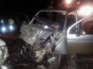 Погибшую девушку-водителя и пассажирку автомобиля  Дэу матиз спасатели доставали из поврежденного авто с помощью специнструмента