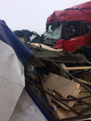 Под Сызранью при столкновении фура буквально разорвала грузовичок Газель