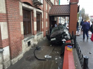 В Самаре на  Волжском проспекте водитель «Шкоды Октавия» не справился с управлением и врезался в препятствие