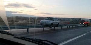 ВАЗ-2115 повис на отбойнике на трассе «Сызрань - Ульяновск»