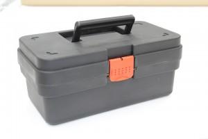 Недовольный качеством обслуживания клиент отобрал у сотрудников автосервиса ящик с инструментами