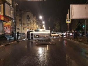 В Самаре Скорая помощь опрокинулась на бок после столкновения с «Приорой», пострадали два человека