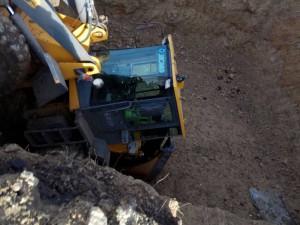 В Самаре на Демократической в строительный котлован упал погрузчик, водитель выпал из кабины и получил тяжелые травмы