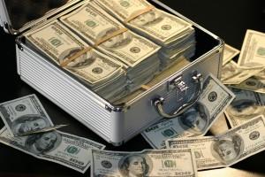 У Захарченко нашли новые миллиарды: в рабочем кабинете, машине и двух квартирах, превращенных в денежные хранилища
