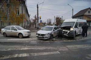 На обесточенном перекрёстке в Сызрани столкнулись две легковушки и маршрутка с пассажирами