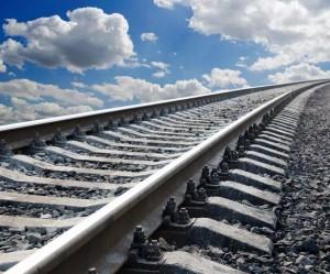 В районе аэропорта Курумоч самосвал уронил столб на железнодорожные пути
