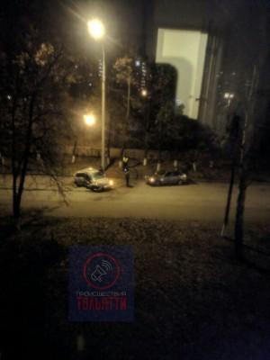 В Тольятти на бульваре Королева Лада Калина врезалась в дерево