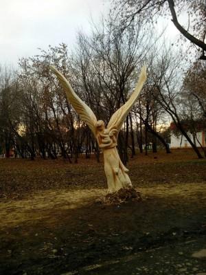 В Самаре неизвестный мастер вырезал из дерева скульптуру ангела