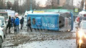 Маршрутка с людьми опрокинулась на западе Москвы