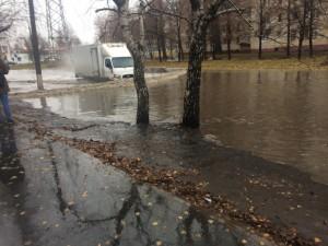 В Тольятти на улице Карбышева образовалась огромная лужа, которую водители пытаются «переплыть» на своих автомобилях
