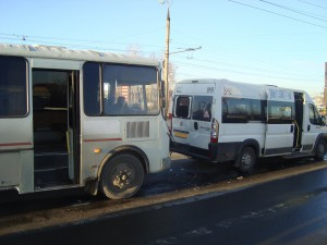 В Тольятти автобус ПАЗ въехал в маршрутку на светофоре