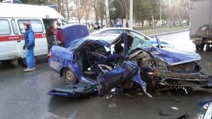 Пассажира  «Приоры», врезавшейся в дерево на проспекте Юных Пионеров, из машины доставали спасатели