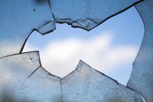 В самарском аэропорту пассажир пробил головой стеклянную стену, спеша на посадку