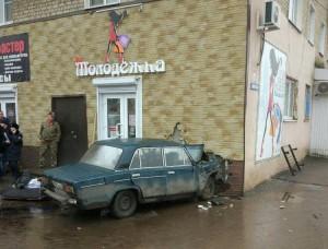 Машина с умершим за рулем водителем в Саратовской области сбила женщину и врезалась в дом