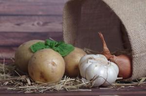 В Безенчукском районе мужчина ночью украл у пенсионерки мешок картошки и мешок лука