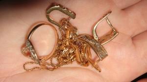 Самарчанка похитила из ломбарда, заложенные ей же золотые украшения