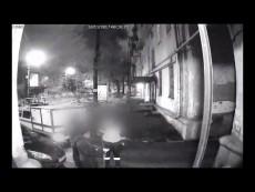В Самаре ночной грабитель попал в объектив подъездной камеры