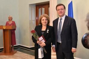 Дмитрий Азаров поздравил женщин с Днем матери