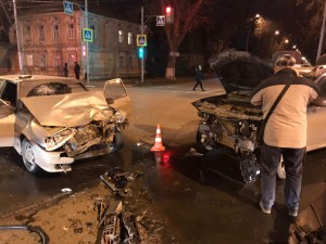 Сегодня вечером на улице Льва Толстого в Самаре столкнулись «Renault» и ВАЗ 2113, пострадали двое взрослых и трое детей