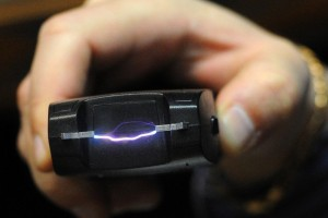 В Тольятти грабитель отобрал у женщины сумку применив электрошокер