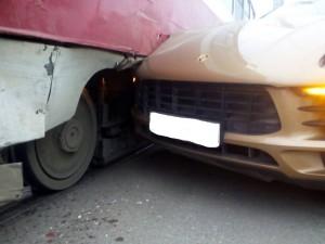 На проспекте Масленникова в Самаре Porsche столкнулся с трамваем