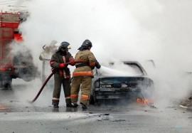Утром в Самаре на улице Победы полностью выгорел УАЗ Патриот