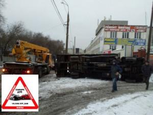 На проспекте Масленникова в Самаре перевернулся грузовик