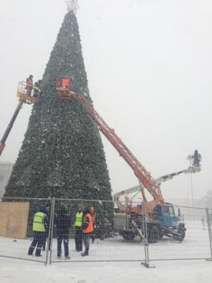 На площади Куйбышева начали украшать новогоднюю елку