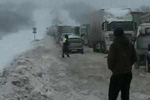 На М-5 во время снегопада в многочасовую пробку попал автобус с 30 детьми