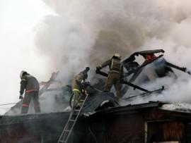 В селе Красные Ключи 10 спасателей тушили пожар в частном доме